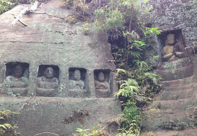 佐賀】石壁に刻まれた大量の石仏...
